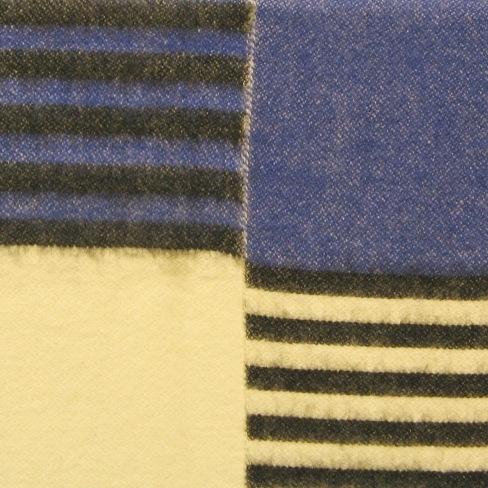 Filt vävd i korskypert med inslagseffekt hopsydd på mitten i mjuk och tjock kvalitet. Det är ullgarn, filtgarn 6/2, i både varp och inslag. Varpen är enfärgad vit och inslaget är svart, rött, gult, vitt och blått. Filten är storrutig i rött, gult, vitt och blått. Vissa rutor är enfärgade och vissa har svarta ränder. De två halvorna är hopsydda så att det blir en enfärgad och en randig ruta med samma bottenfärg brevid varandra. Varannan gång är den randiga rutan på höger sida och varannan gång på vänster. Filten är ej vändbar då varpeffekten på avigsidan ger gryniga färger.  Kortsidorna är vikta och sydda med langettsöm med svart, röd och blå tråd på respektive ruta. Filten är märkt med texten FILT AFRIKA LÄNSHEMSLÖJDEN SKARABORG på ett blankt vit band, samt R27:1 på ett vitt bomullsband.  Se även inv.nr0027:2 Vävprov till pläd Afrika  Filt med modellnamn Afrika är formgiven av Ann-Mari Nilsson och tillverkad av Länshemslöjden Skaraborg. Den finns med  på sidan 64-65 i vävboken Inredningsvävar av Ann-Mari Nilsson i samarbete med Länshemslöjden Skaraborg från 1987, ICA Bokförlag. Se även inv.nr. 0001-0026,0028-0040.