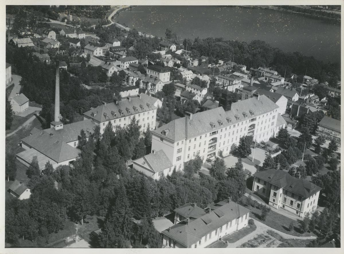 Flygfoto över Hudiksvall och lasarettet.