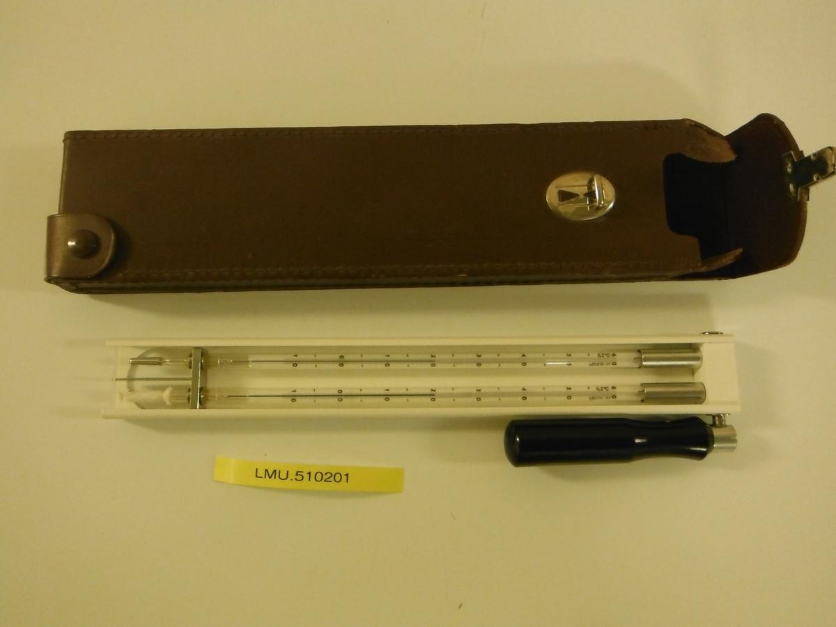 Termometer. To glassrør med kvikksølvsøyle.