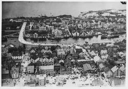 Fugleperspektiv over byen sett mot vest, ca. 1947.