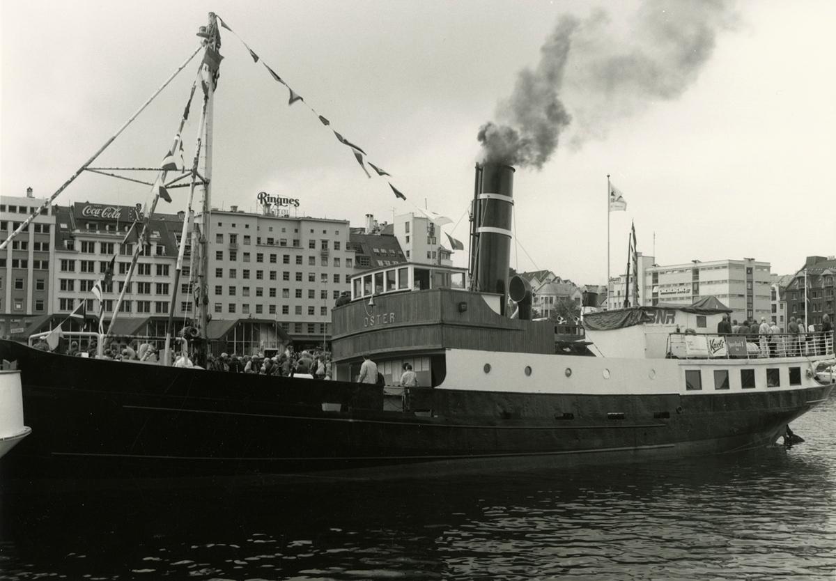 Motivet viser DS OSTER (bygget 1908), til kais ved Strandkaiterminalen, Vågen i Bergen.