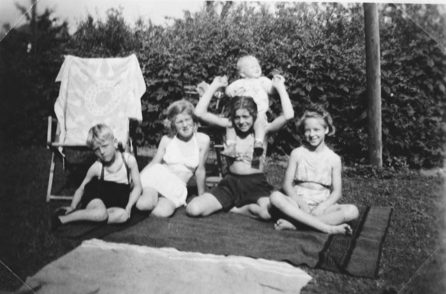 I Danmark. På bildet fra v. Elly, En slektning og jeg 10 1/2 år