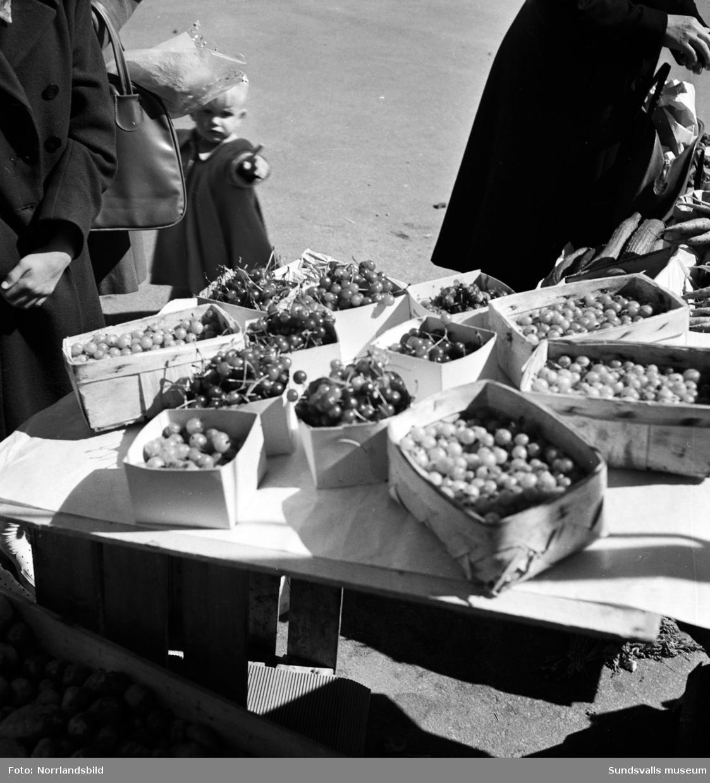 Torghandeln är livlig på Stora torget 1949.