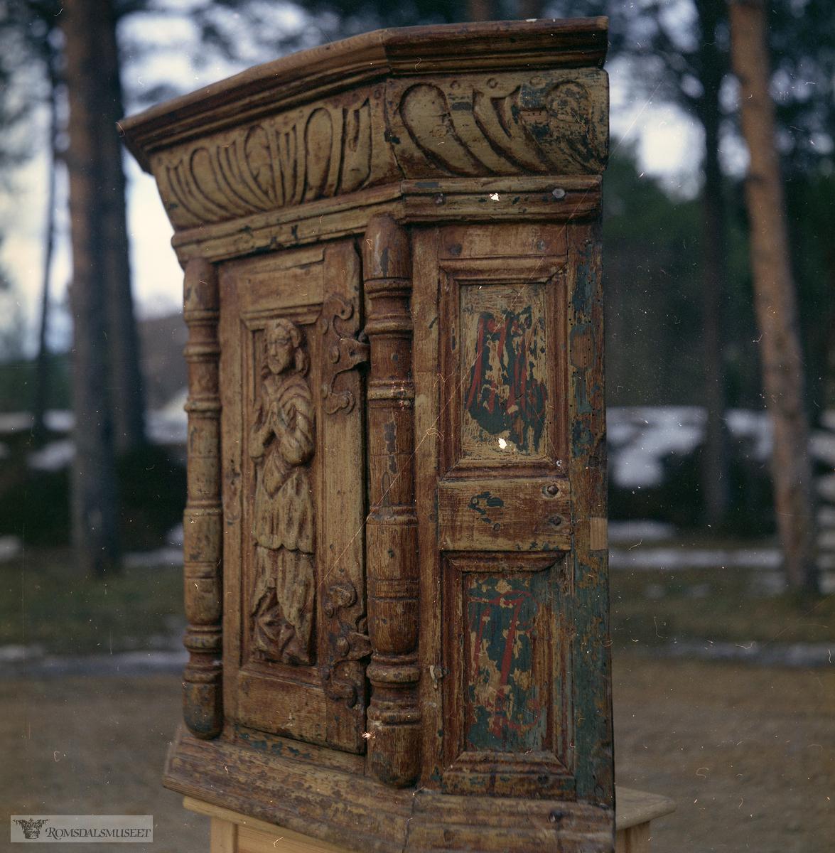 Skap fra Monsås i Rauma. (R.02397).Det hadde påmalt årstallet 1776, men er trolig eldre. (kan være fra 1600-tallet)