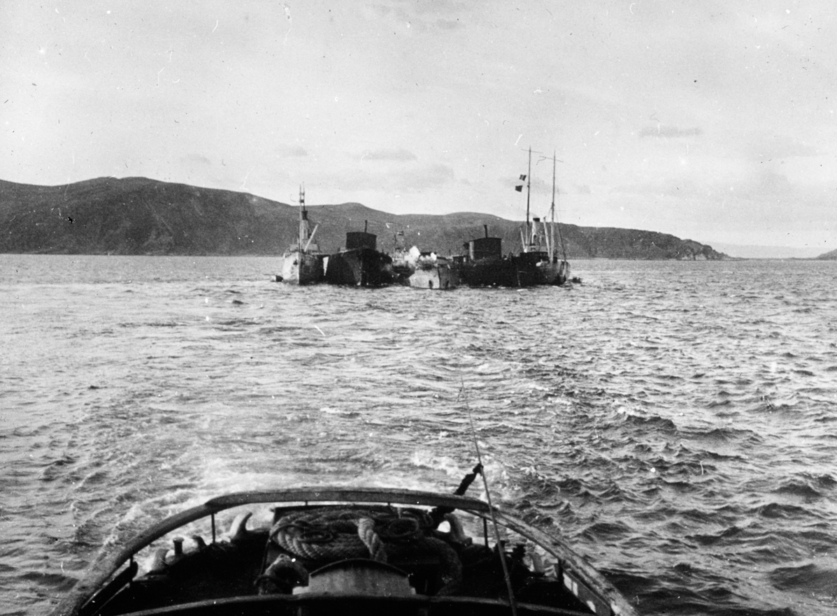 Havarist og bergningsskip, fjordlandskap.