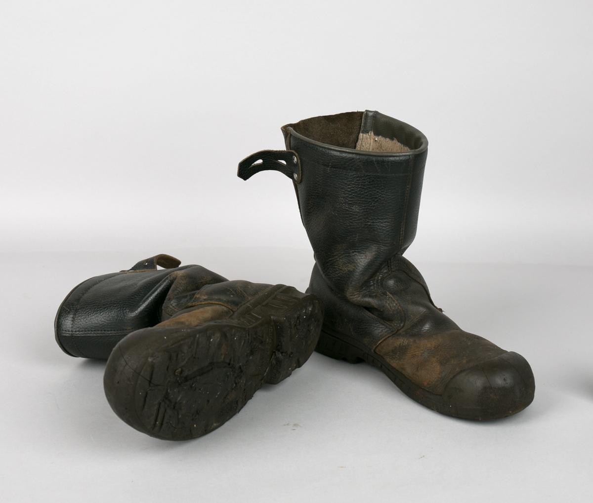 Vernestøvler. Ett par sorte lærstøvler i str. 42. Med vernebeskyttelse i tåparti, gummisåle og hempe bak til stramming av støvel.