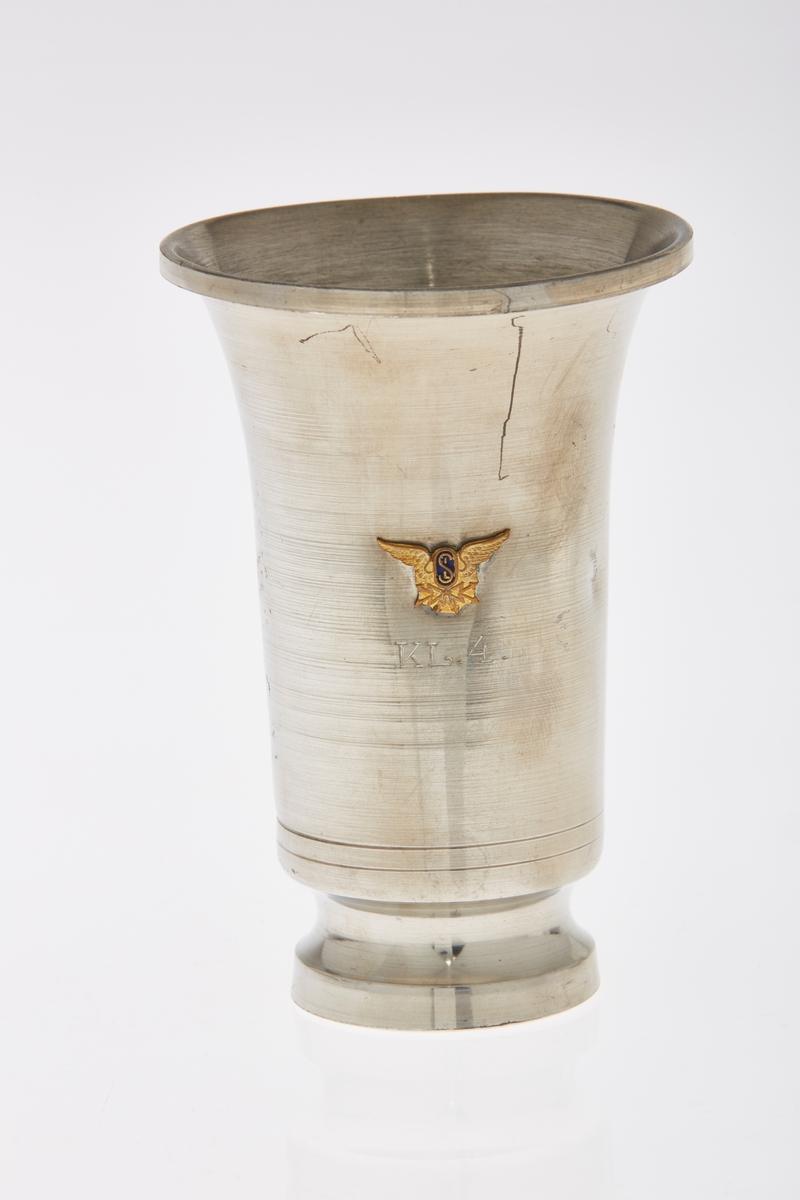Emblem: Vinge med bokstavene SIL. Bronse.