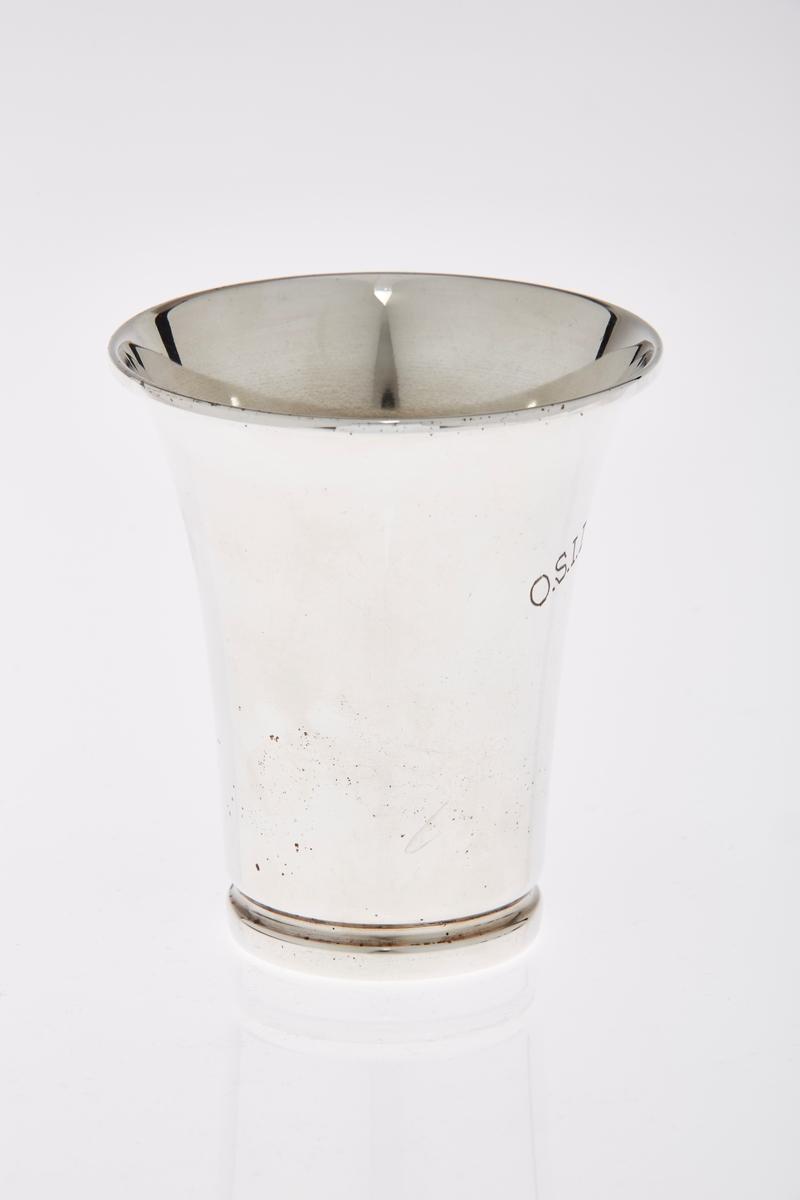 Pokal i sølvplett med inskripsjoner.
