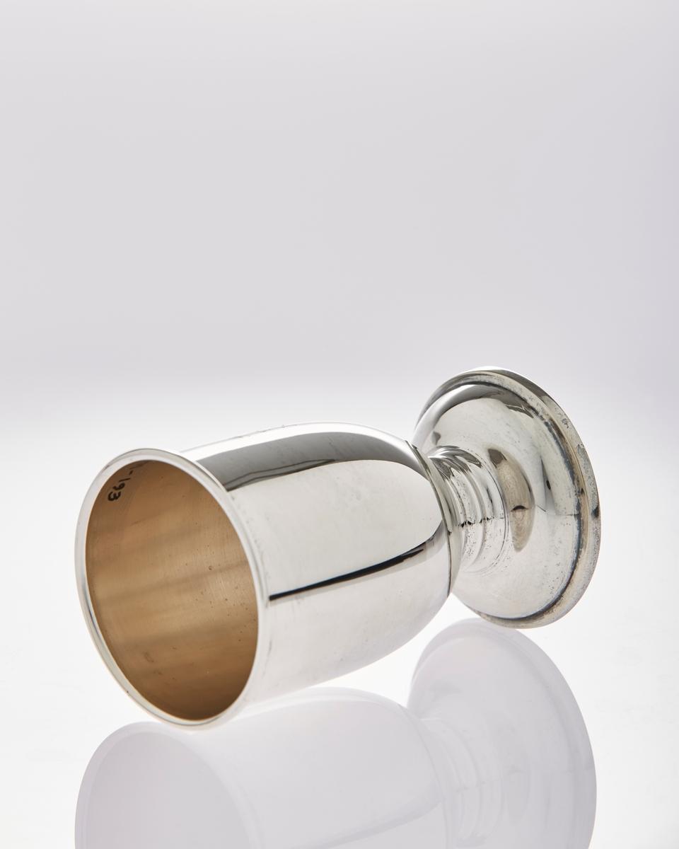 Pokal i sølvplett med stett og inskripsjoner