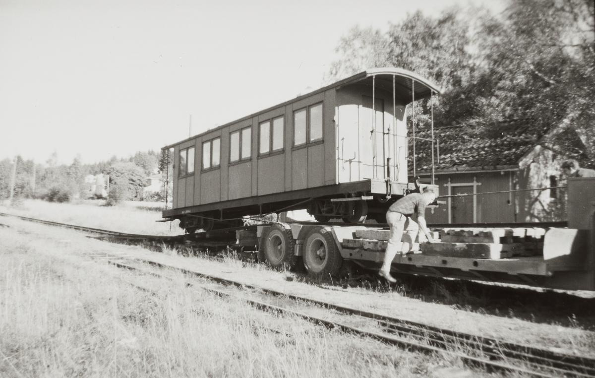 Personvogn Co 2 fra nedlagte Aurskog-Hølandbanen klargjøres for transport fra Skulerud stasjon til museumsbanen Urskog-Hølandsbanen ved Sørumsand