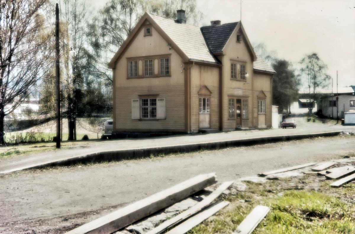 Brandbu stasjon på nedlagte Røykenvikbanen. Bygningen ble revet i 1984