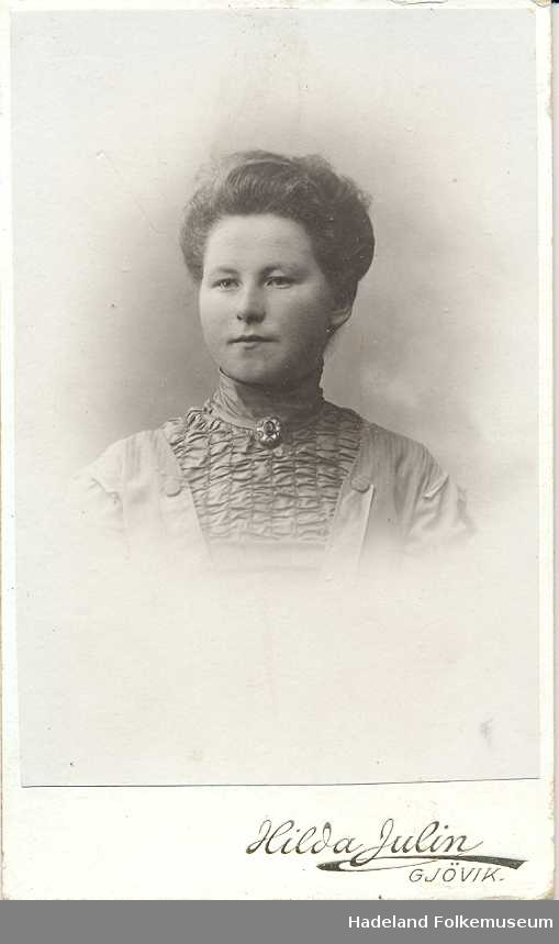 Fotoalbum fra gården Øvre Næs Vestre i Brandbu. Portretter av familien Næs m fl