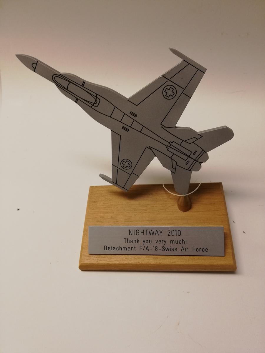 Plakett som viser konturene av en F-18.