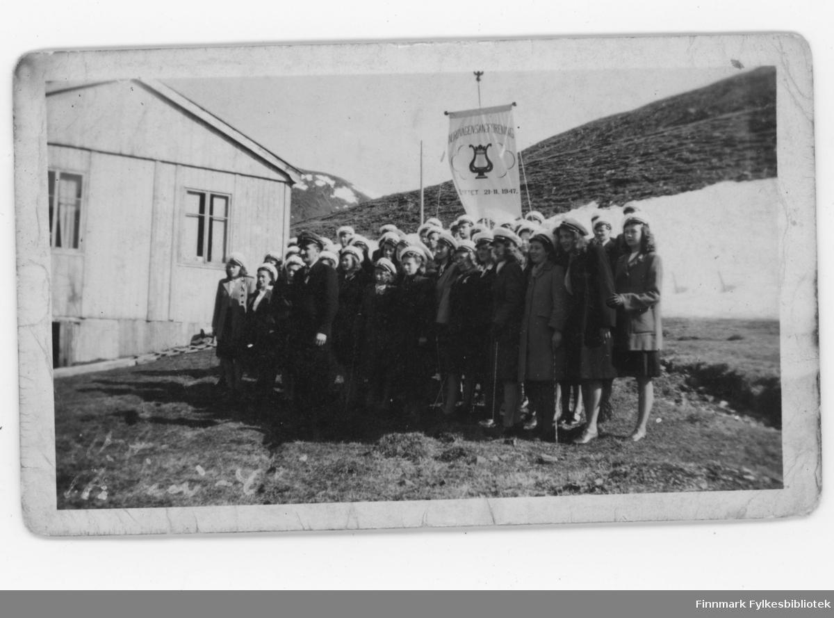 Nordvågen i 1948. 17.mai feiring. Nordvågen Sangforening (stiftet 21.11.1947). Kvinnene har sangerluer på seg.
