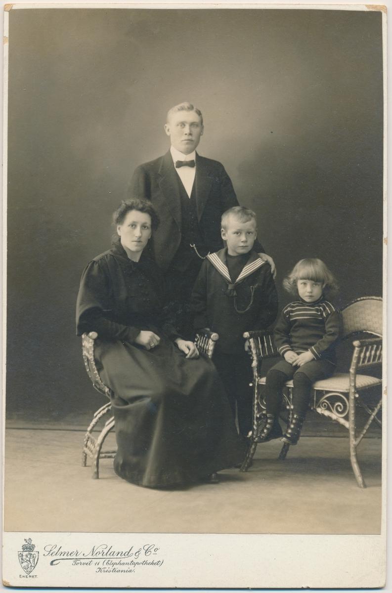 Familiefoto, mor, far og to små gutter, ukjente