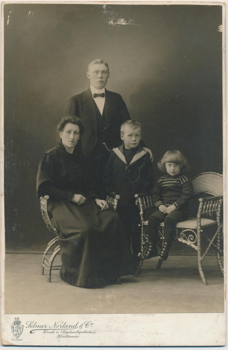 Familiefoto; mor, far og to små gutter, ukjente