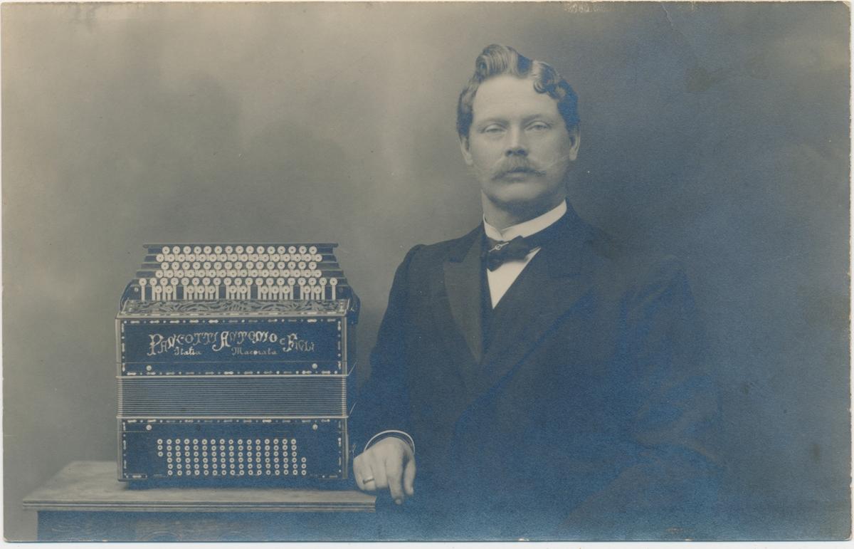 Portrett av ung mann med accordion, ukjent