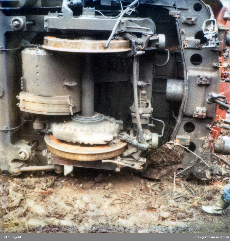 Avsporet og veltet elektrisk lokomotiv El 16 2204 etter å å kjørt inn i et jordras. Lokomotivet fikk store skader, men ble berget og reparert