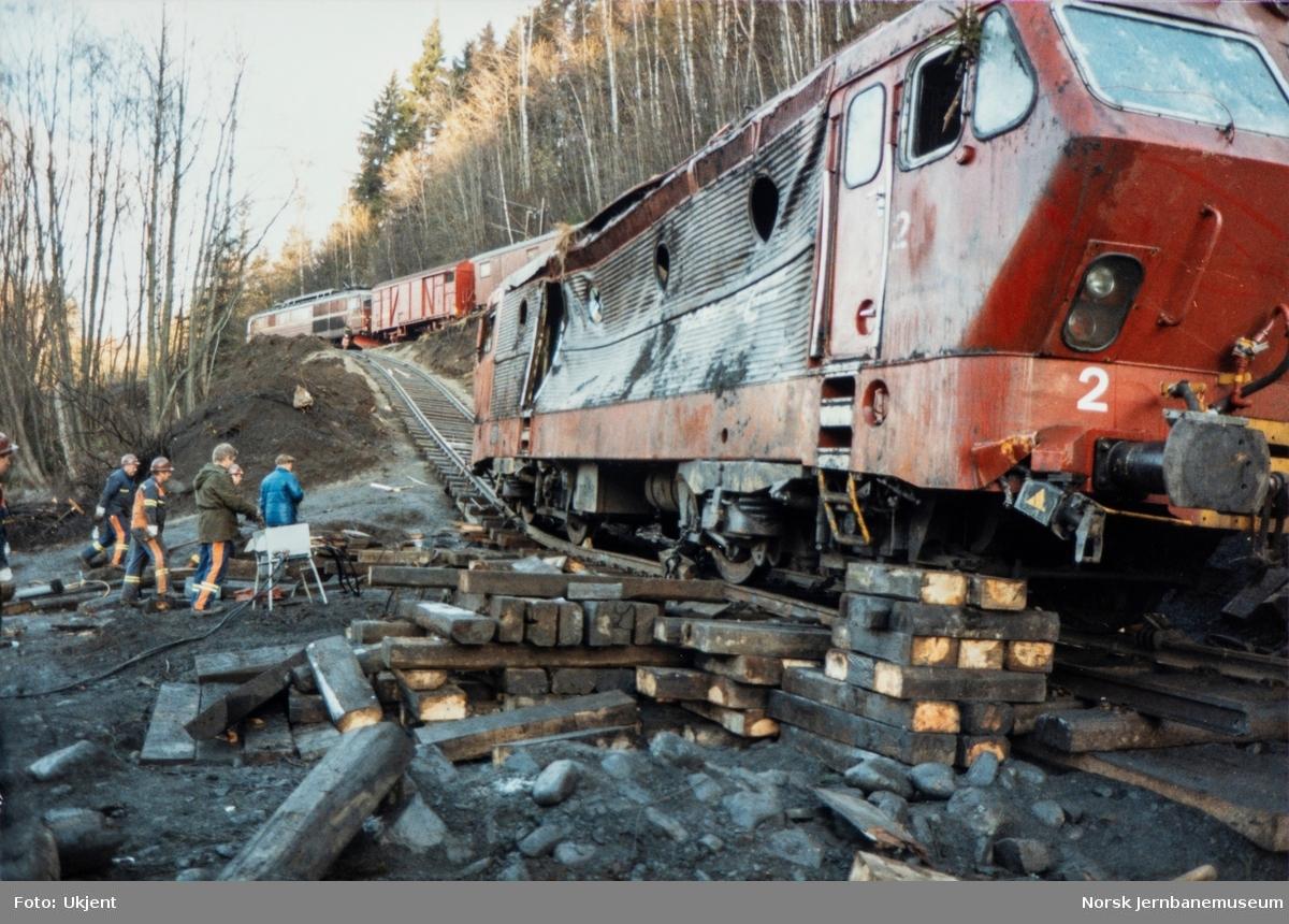 Avsporet og veltet elektrisk lokomotiv El 16 2204 etter å å kjørt inn i et jordras. Lokomotivet fikk store skader, men ble berget og reparert. Her er lokomotivet flyttet over på provisorisk spor og klargjort for videre transport