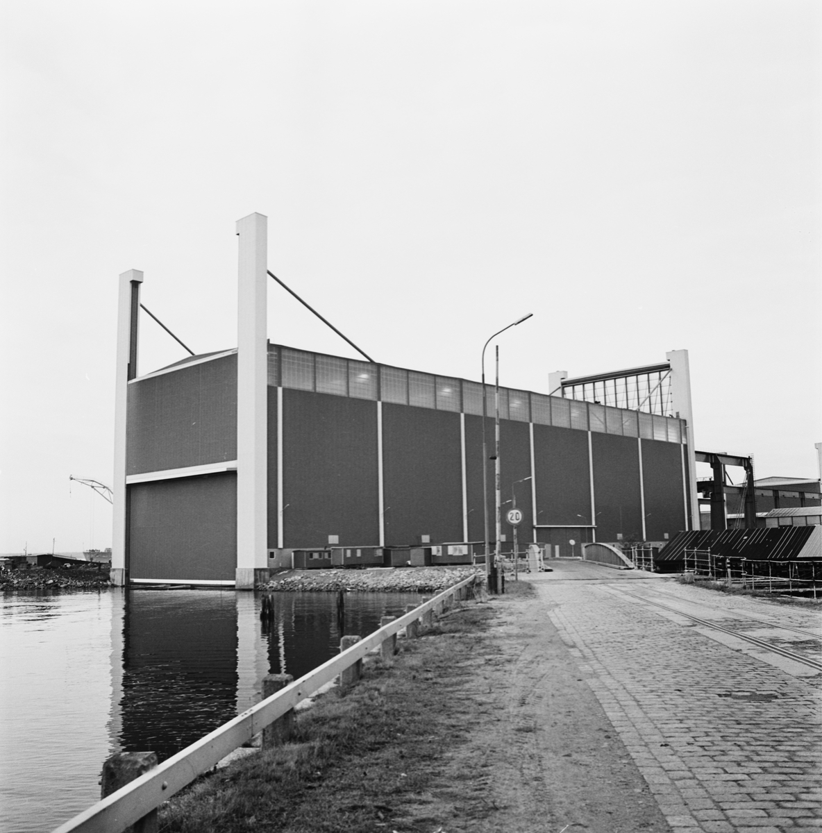 Övrigt: Foto datum:24/10 1972 Byggnader och kranar Exteriör av nya plåt och montagehallen. Närmast identisk bild: V50458, ej skannad