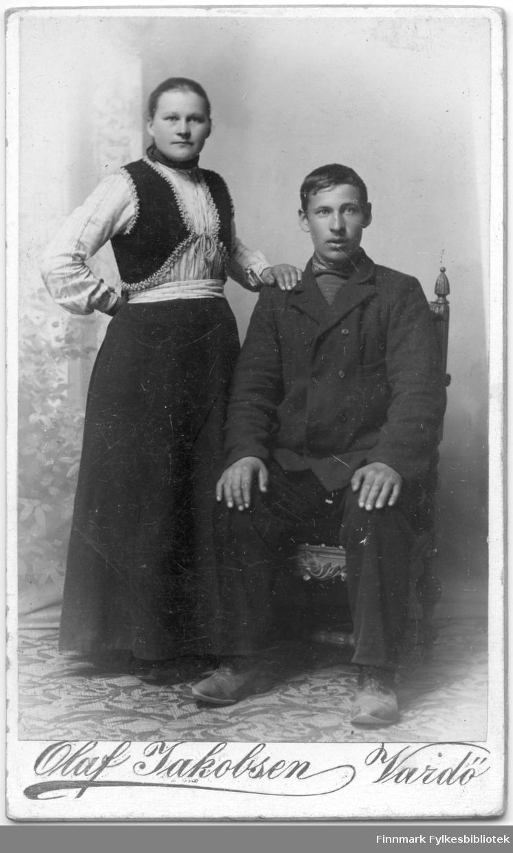 Visittkortportrett av en kvinne og en mann fotografert på fotoatelieret til Olaf Jakobsen, ca. 1900-1910, Vardø.