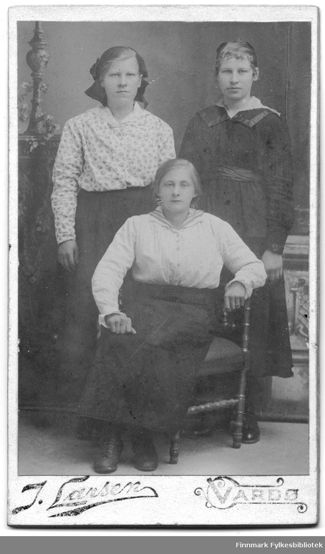 Visittkortgruppeportrett av tre kvinner, fotogrfaert av J. Larsen, Vardø. Fotografering ca. 1895 - 1905.