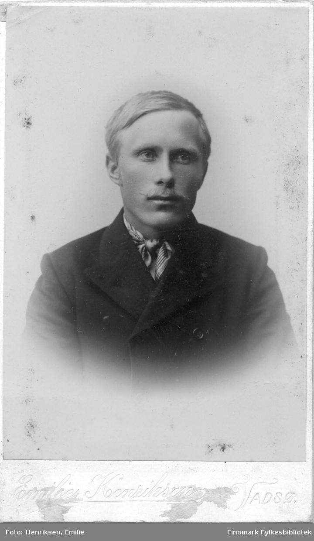Visittkortportrett av en mann, fotografert i Emilie Henriksen sitt atelier.