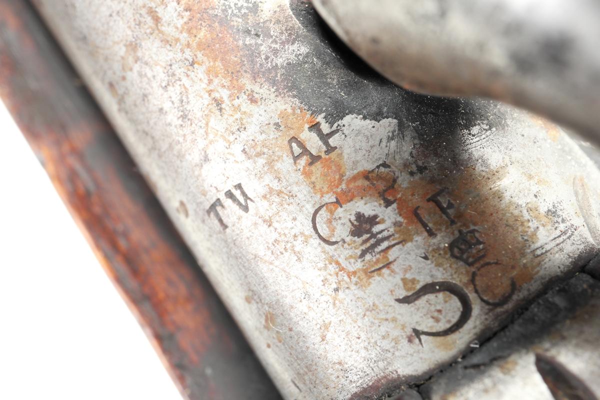 Svensktillverkad studsarpistol omändrad från flintlås. Pistolen har helstock försedd med en näsplåt i mässing som hålls fast med en hake och bandfjäder. Även sidobleck, varbygel och kolvkappa är tillverkade av mässing. På kolvryggen finns det en infästning för löskolv. Låset är försett med en varhake. Pipan är rund och försedd med ett ståndsikte placerat bak vid svansskruven, samt ett mässingskorn framme vid näsbandet. Pipan är räfflad med fyra räfflor och har en innerdiameter på ca. 16 mm.  Inskrivet i huvudkatalog 1974.