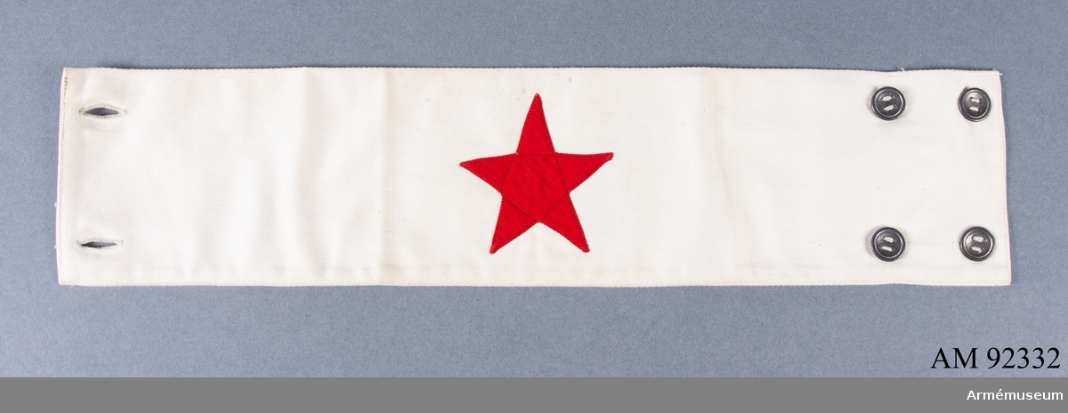 Armbindel tillverkad av vitt tyg med en applicerad röd stjärna.