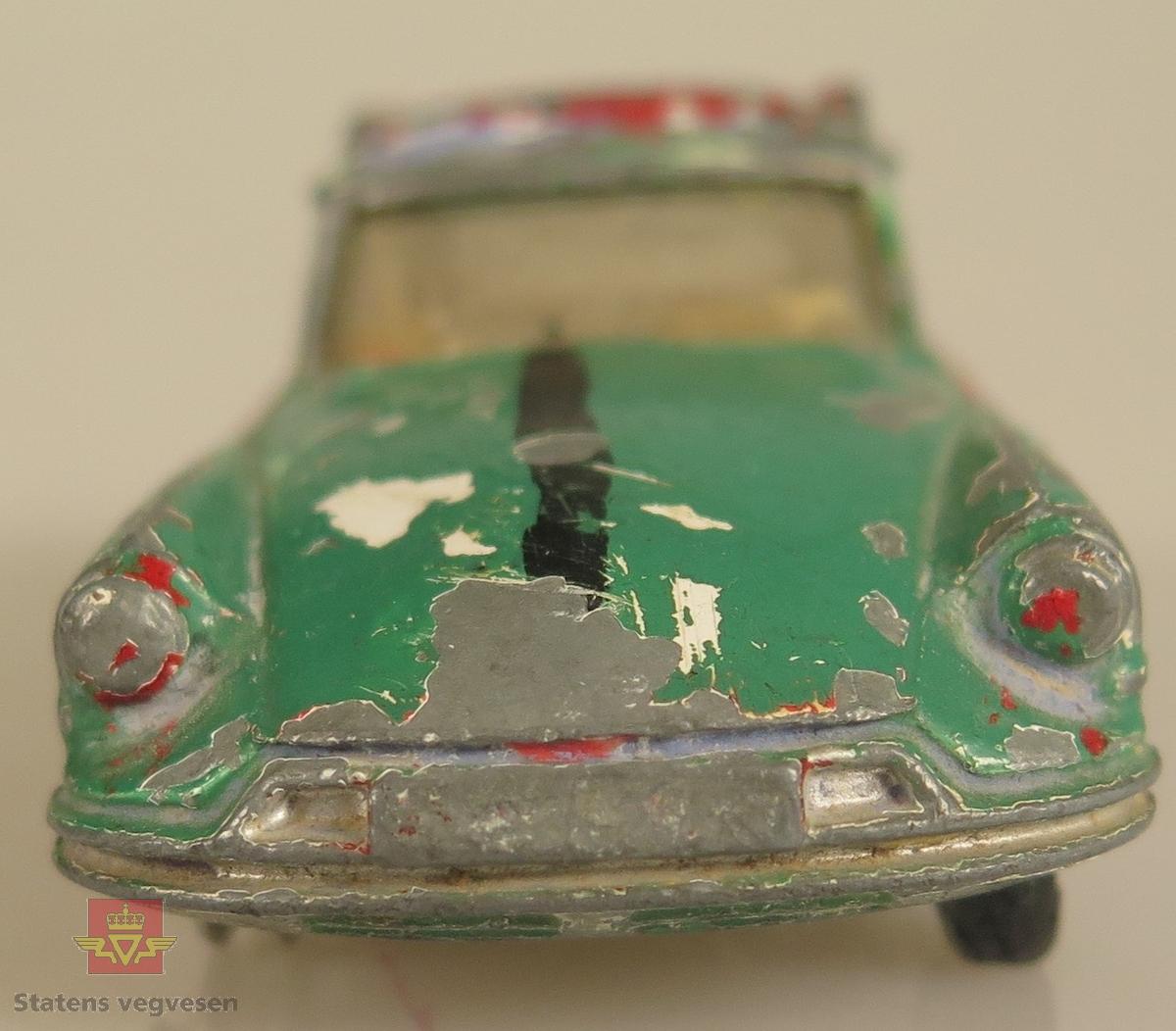 Modellbil av en Citroen Safari, modellbilen er farget grønn med røde dører.