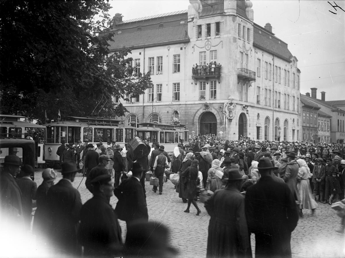 Svenskbyborna som anlänt till Jönköpings station med två chartrade tåg fredag 2 augusti 1929 åker vidare med spårvagn och bilar från Järnvägsparken upp till Ryhovs kasernområde för inkvartering.
