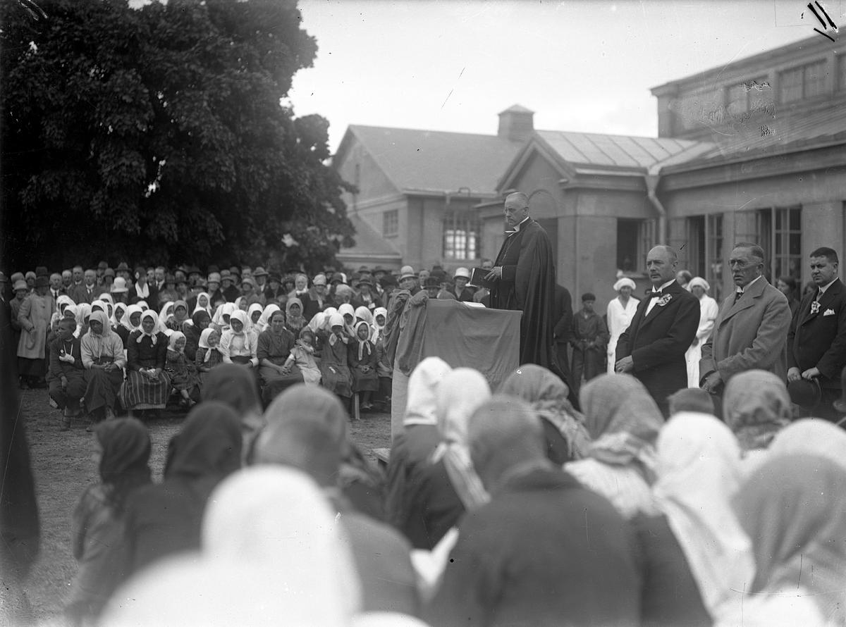 Svenskbyborna har samlats utanför kasernen på Ryhov i Jönköping för lördagens gudstjänst med biskop Edgar Reuterskiöld i talarstolen.