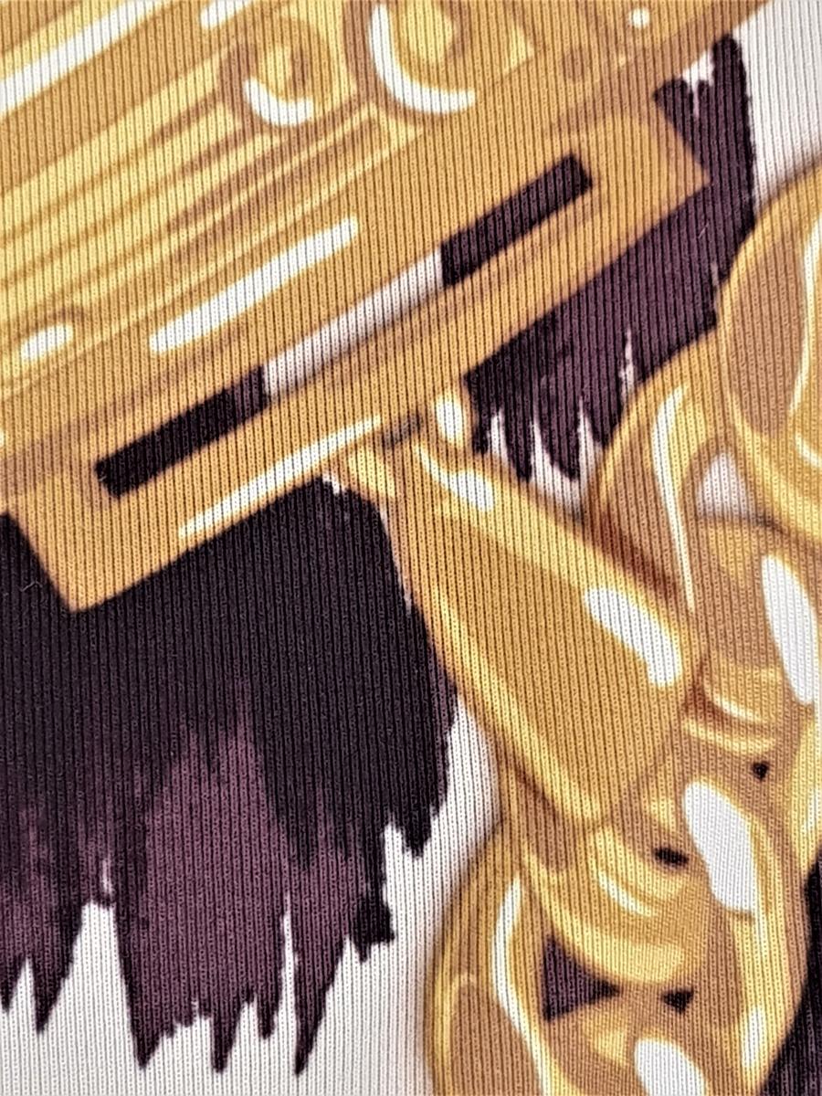 Damebadedrakt av ganske blankt materiale, med påtrykt mønster i form av tettstilte, gullfargede lenker, hengelåser og bærbare radioer/spillere, noen av dem påtrykt navnet Moschino, mot en bakgrunn med dyremønster. Smale stropper, dypt ringet foran og ringet til korsryggen bak. Høyt skåret i benåpningen. Alle synlige sømmer langs åpninger er sydd med svart sikksakk-søm. Helfôret med svart materiale. Størrelse 36.
