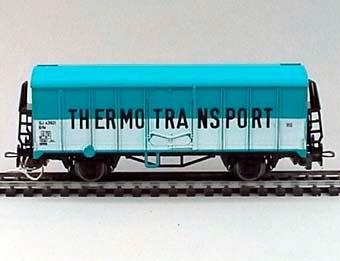 Modell i skala 1:87 av kylvagn Nr: 43921. Målning: Ljusblå med nedre halvan av vagnsidan vit. THERMOTRANSPORT i stora, svarta bokstäver efter långsidorna.  Modell/Fabrikat/typ: Ho