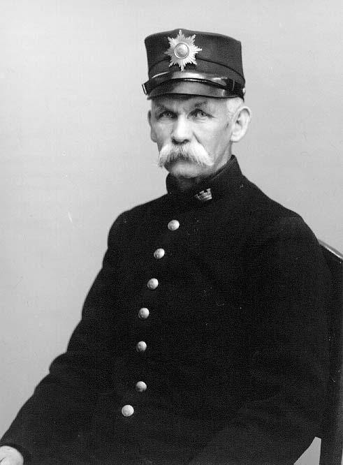 Porträtt av stadsvaktmästare A R Söderberg i uniform.