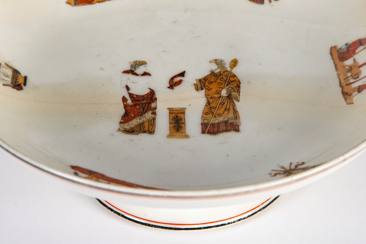 Høy stett, skål med runde sider. Dekorert i sentrum med antikk offerscene med to personer og et alter, med mindre dekorelementer omkring. På undersiden er det flere andre motiver, blant annet ser vi bokstavene SPQR som står for Senatus Populusque Romanus («det romerske senat og folk»).