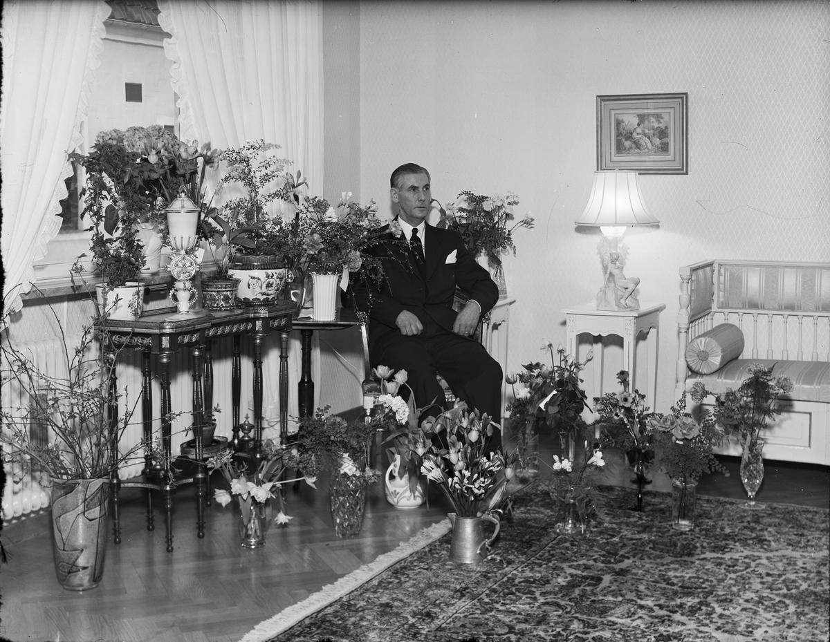 Tandläkare Åsbrink i bostaden omgiven av blommor , Östhammar, Uppland