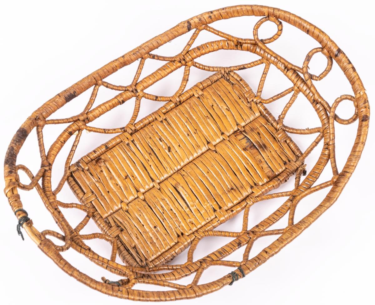 Flätad korg av rot för matförvaring.