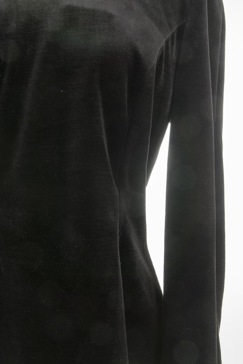 Selskapstopp, Fløyelslignende trikot. Lange ermer, innsvinget, buet brystsnitt, u-formet halsringing, lang glidelås midt bak. Belegg rundt halsringing.  Fabrikkmerke Frank Uscher. UK 16.  Giver og bruker: aase Weydahl-Ottesen Kjøpt hos Elise Brekke, Ski. Forretningen solgte smarte dameklær av høy kvalitet. Forretningen ble lagt ned rundt 1990     Mulig båret sammen med FHM 10563 Glidelås bak. Helforet