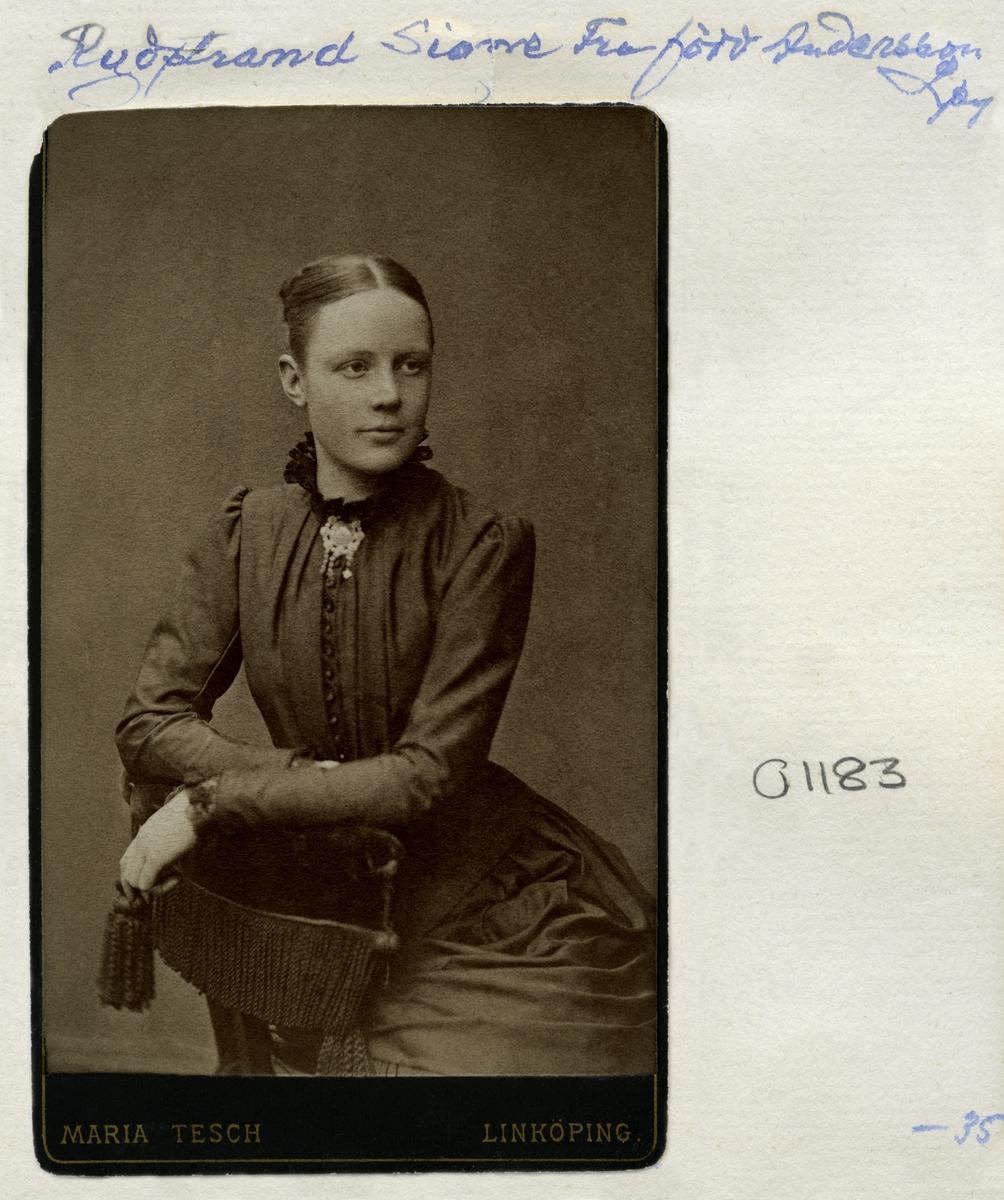 Porträtt av Signe Lovisa Rydstrand, född Andersson. Född 1866 i Törnevalla som dotter till Johannes Andersson och Klara Josefina Emanuelsson. Gift 1888 med Henning Filip Rydstrand.
