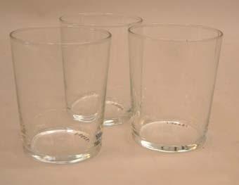 Tre ofärgade dricksglas.  Ingen märkning. Två av glasen har sprickor i kanten.