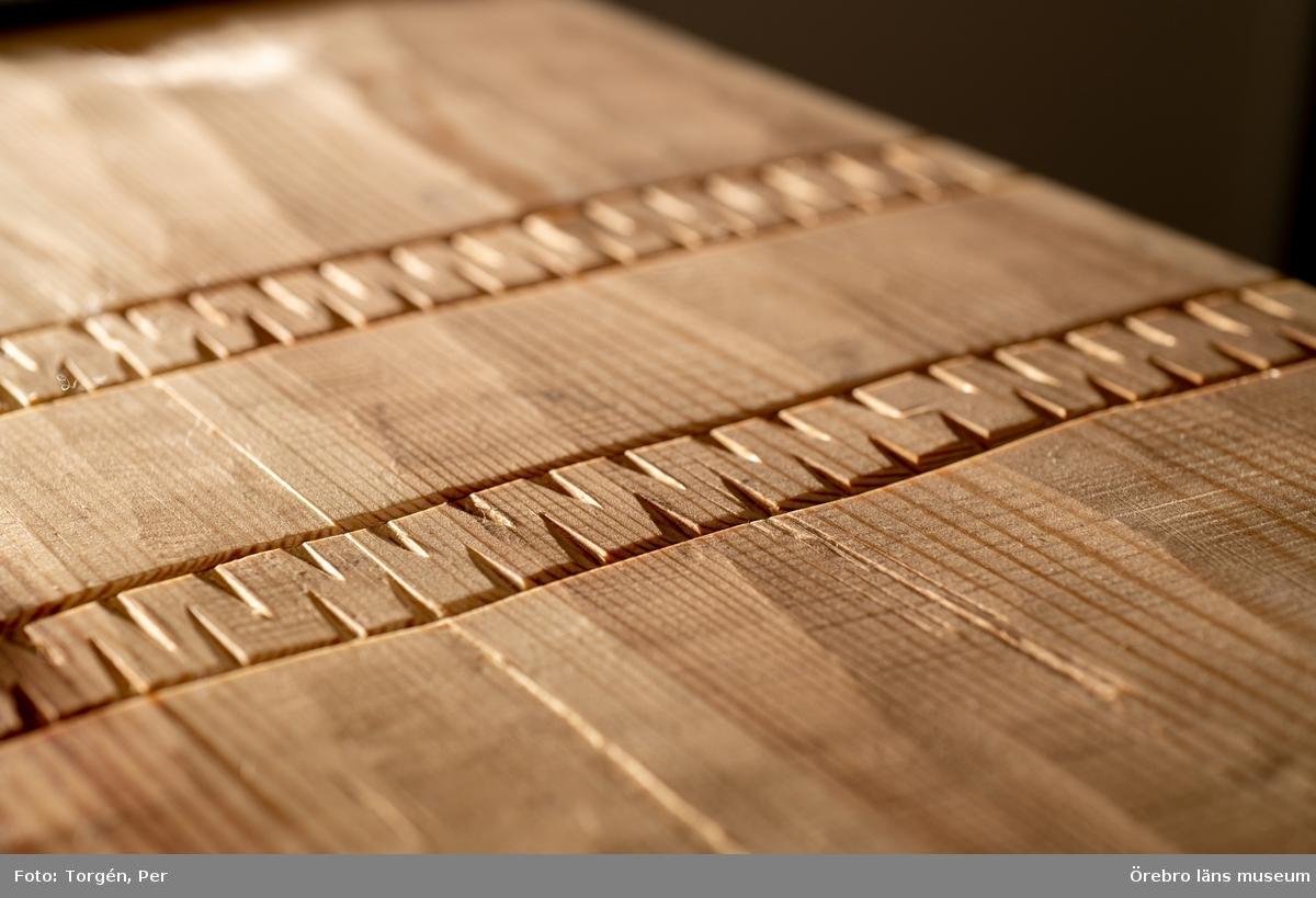 Nytillverkade verktyg som utformats efter medeltida förlagor. Framtagna inom ramen för projekt Medeltida kyrkotaklag 2015-2020. Verktygen är utformade efter verktygsspår som identifierats i takkonstruktioner på bevarade taklag på medeltida kyrkor i Närke, Strängnäs stift.  Huggyxa; Smed, Bertil Pärmsten. Egglängden är  60 mm och har en  slipvinkel på 25 grader. Från egg till nacke mäter yxan 205 mm. Yxan väger 1220 gram med skaft. Skaftet är i ask och låsningen i yxögat är med en kil i päronträ. Längden på skaftet är 580 mm.  Skrädyxa; Smed, Bertil Pärmsten. Eggens längd är 143 mm och är 180 mm från yxnacke till egg.  Skrädyxan väger 1630 gram med skaft. Skrädyxan har en slipvinkel på 32 grader.  Skaftet på skrädyxan är 575 mm långt.  Skave; smed, Bertil Pärmsten. Skaven har ett stål som är 92 mm brett och eggvinkeln är 30 grader. Handtaget är utformat i björk och vinkelstödet är i ask.   Skednavare; smed Mattias Helje. Skednavaren ger ett hål på ca 1 tum. Träskaftet är i ask,  Lodbräda; Slöjdare, Joakim Nilsson.  Lodbrädan är i furu.  Snörslå, slöjdare Joakim Nilsson. Spolen är svarvad i körsbärsträ.  Verktygslåda; slöjdare Björn Svantesson. Smed Jonatan Säfström. Furu