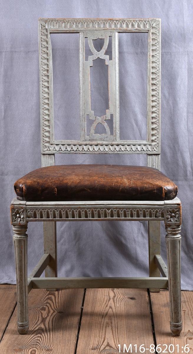 Gustavianska stol med svarvade framben med hörnfleuron och kanelyrer, raka bakben sarg och rygg med så kallad nagelskärning. Genombruten rygg med horisontel bricka så kallad Gunnebobricka, stoppad lös sits.
