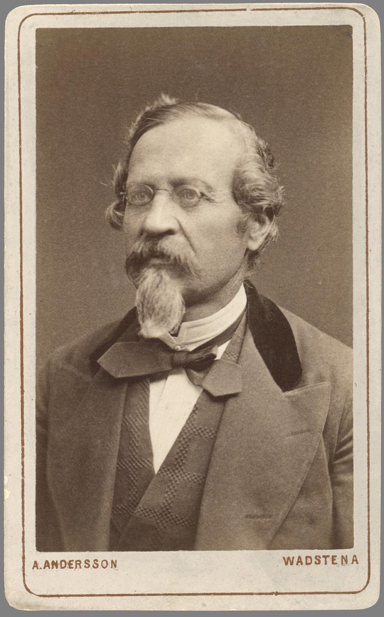 Porträtt av före detta fanjunkaren Carl Edvard Landström. Från 1844 gift med Gustava Enander. Vid tiden för bilden och lång tid dessförinnan ägare till Rogslösa rusthåll.