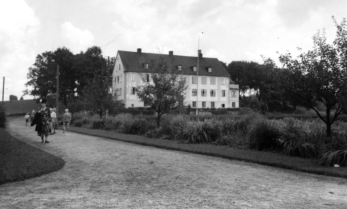 """""""Asylen"""" vid Stretereds skolhem, 1940-tal. Byggnaden, som låg i backen mot Tulebosjö, är riven."""