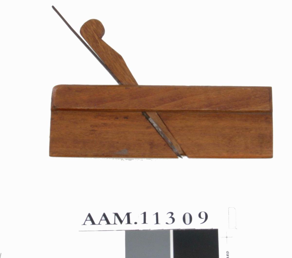 Flat høvel med smal rundet såle med rund egg på  jernet. En avtrapning i øvre del.