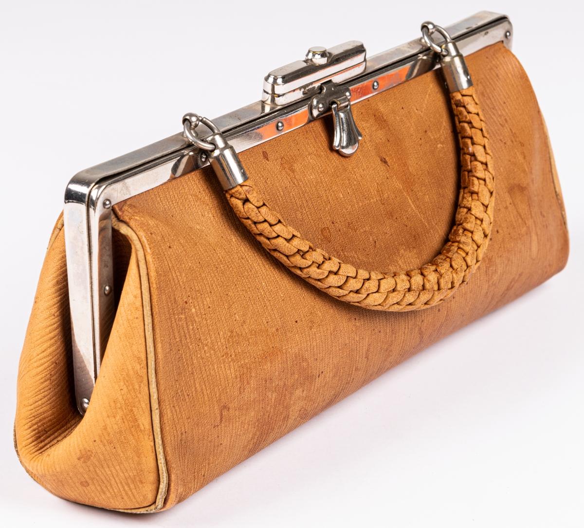 Handväska av gult kalvskinn, bygel av nickel, handtag av flätat skinn.