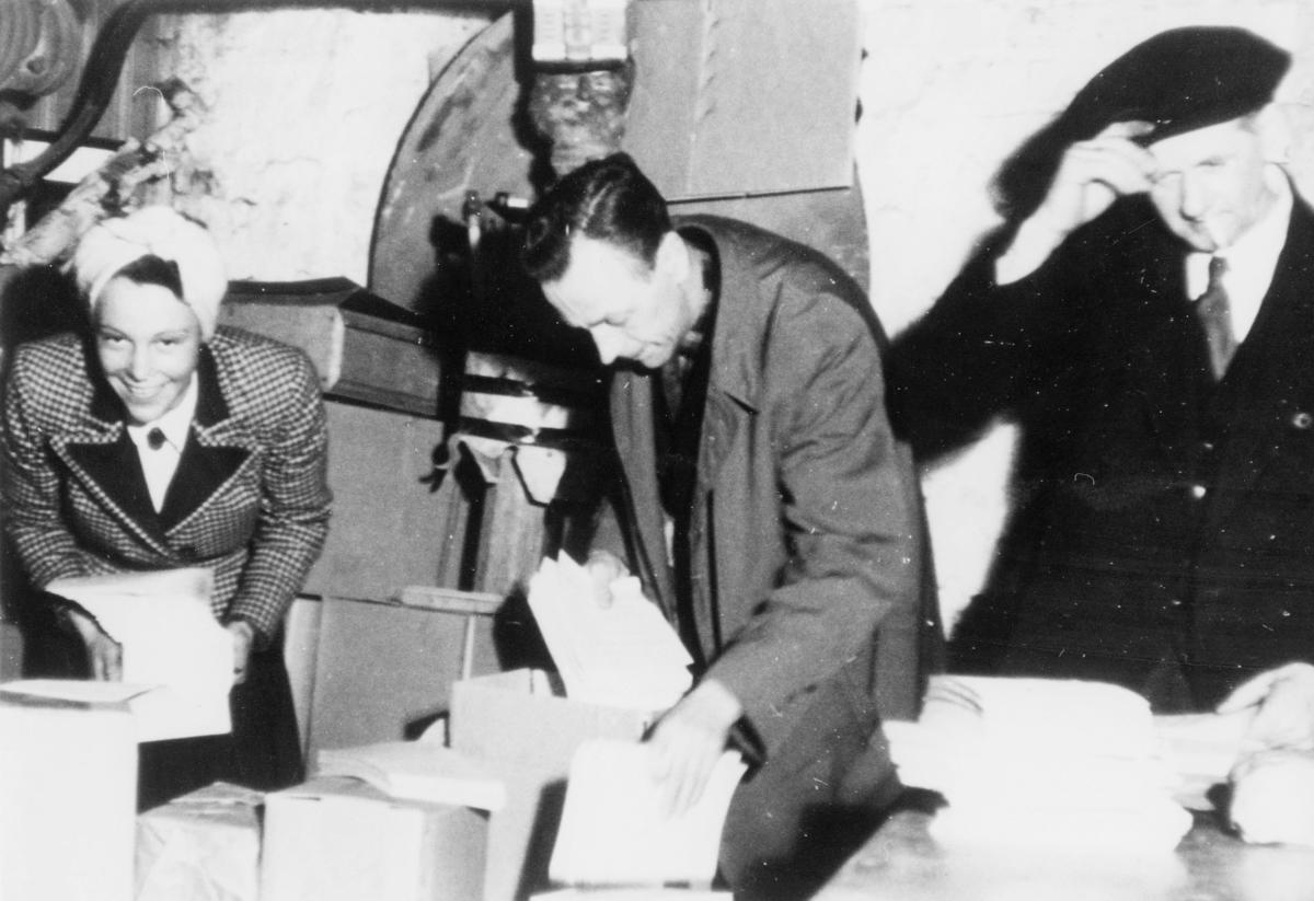 krigen, 2. verdenskrig, motstandsarbeid, illegalt arbeid, en kvinne og to menn pakker illegale meldinger og aviser, post