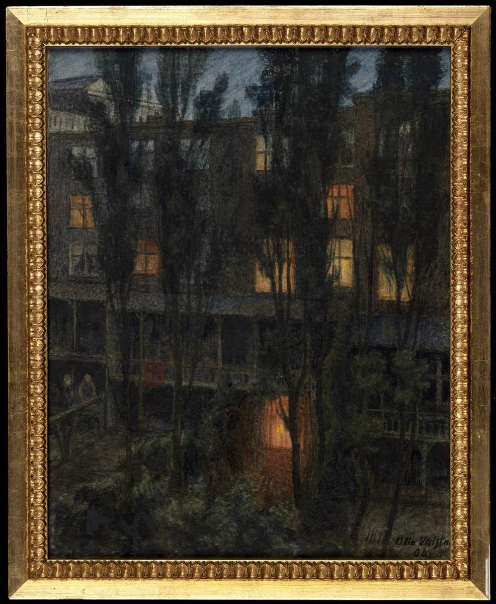 Aftenstemning, 5-etg. hus m. delv. opplyste vinduer, trær foran, gløtt av himmel