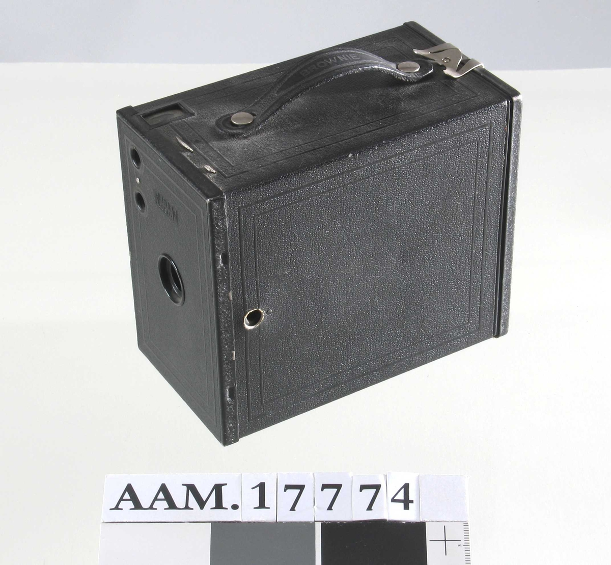 Fotografiapparat .  Kasse, trukket med sort   skinn.